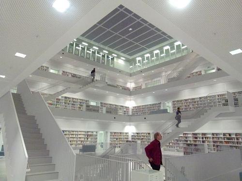 Viele Treppen Und Das Ganze Ist Eine Gigantische Galerie, So Eine, Wie Ich  Sie Schon Immer Im Wohnzimmer Haben Wollte: Einen Galerie Mit Einer ...